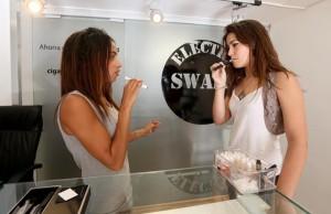 Una dependienta enseña el uso de un cigarrillo electrónico a una clienta en Barcelona. Fuente: Julio Carbó